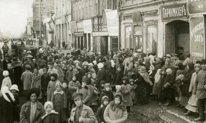Люди в ожидании гуманитарной помощи от правительства. СССР, Поволжье, 1922 год.