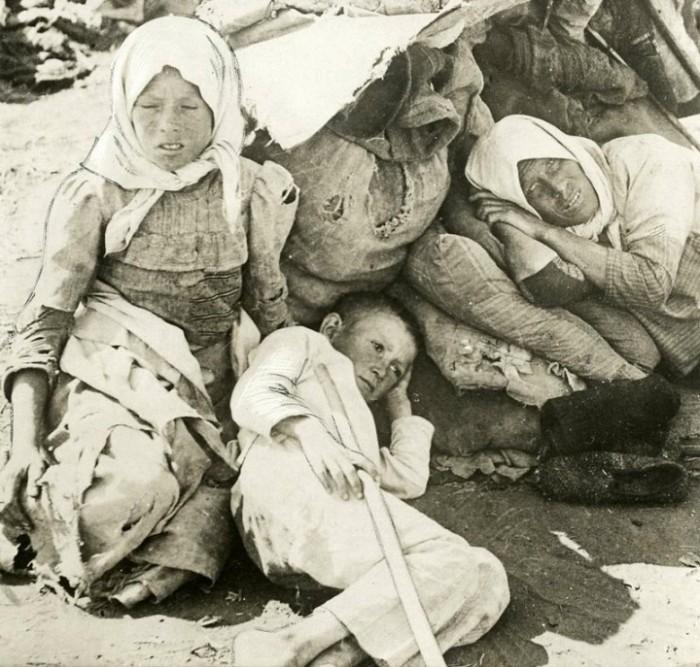 Пострадавшие во время массового голода в Поволжье. Россия, Поволжье, 1921 год.