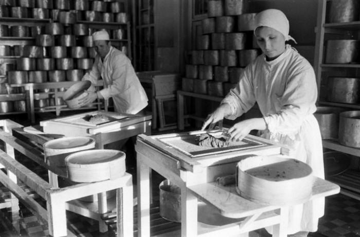 Перед консервацией работники рыбзавода просеивают икру через специальное сито. СССР, Астраханская область, 1960-е годы.
