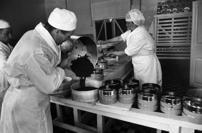 Последний этап производства икры - упаковка в тару, предварительно обработанную антисептиками. СССР, Астраханская область, 1960-е годы.