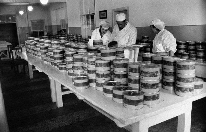 Последняя проверка продукции перед отправлением в магазины. СССР, Астраханская область, 1960-е годы.