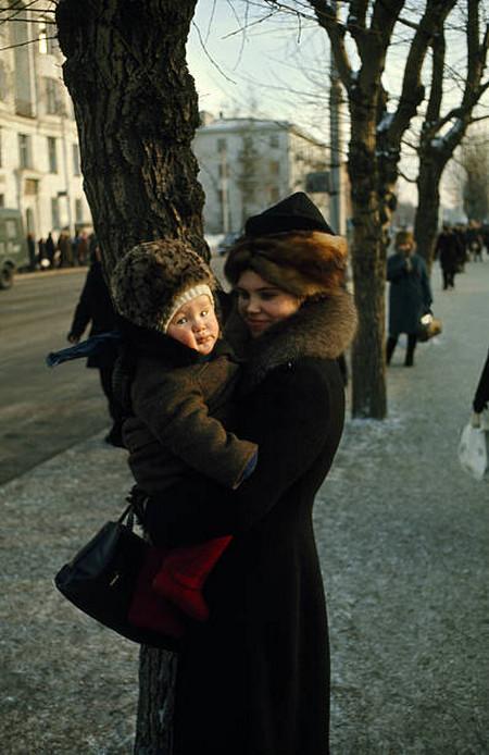 Молодая мама с ребёнком на улице Иркутска.