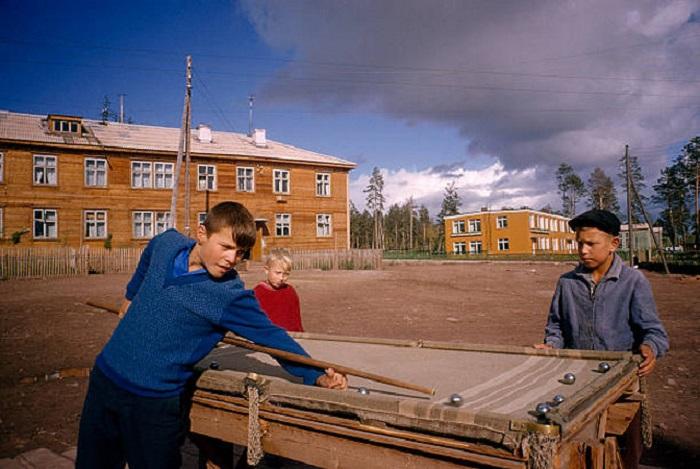 Мальчишки в Братске играют в бильярд, сделанный своими руками.