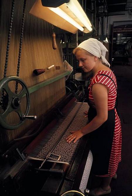 Молодая работница у ткацкого станка в Москве.