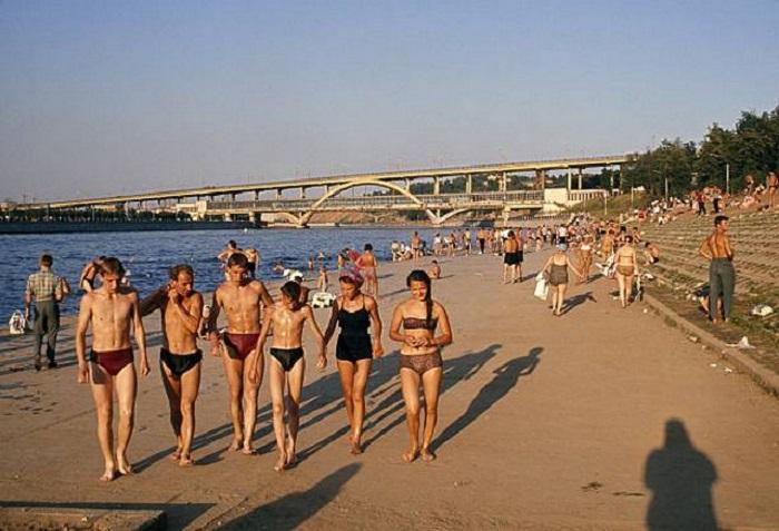 Купальщики на людном пляже на берегу реки. СССР, Москва.