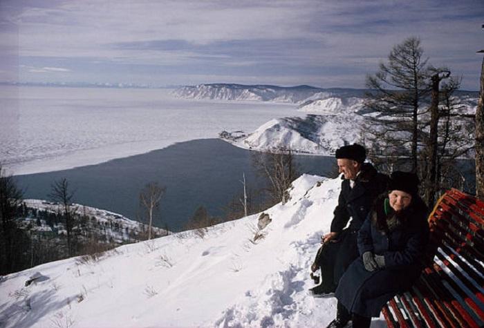 В озеро Байкал впадает река Ангара.