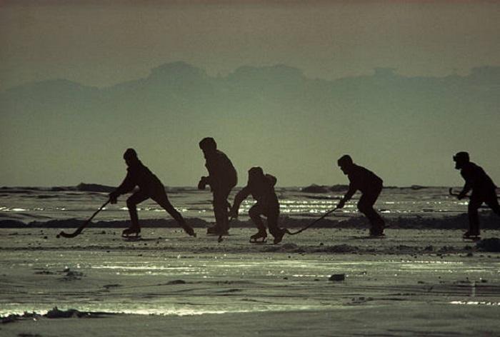 Мальчишки играют в хоккей на замерзшем Байкале.