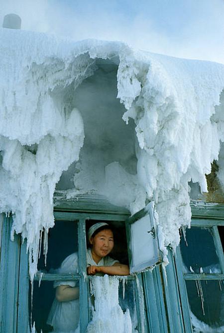 Влага немедленно замерзает, образую причудливые наросты.