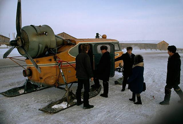 Самоходные сани, снабжённые двигателем внутреннего сгорания - незаменимая вещь в лютую зиму. СССР, Ханты-Мансийск.