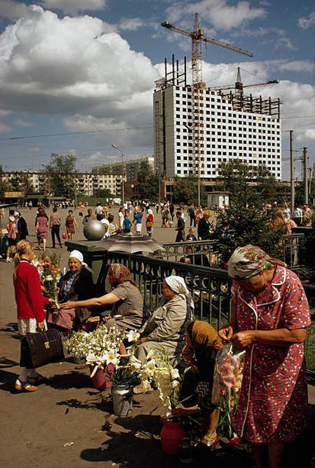 На заднем плане строится самое известное здание Новосибирска 1970-х годов.