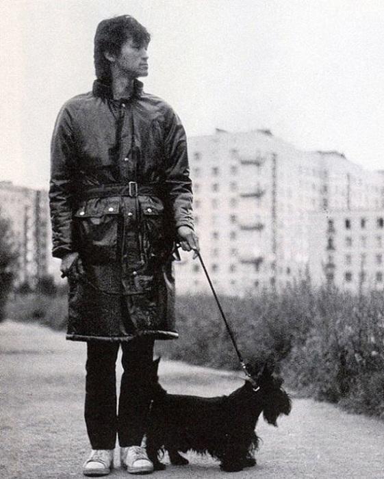 Виктор Цой на прогулке со своей собакой, 1985 год.