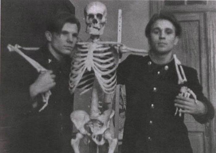 Юрий Гагарин в обнимку со скелетом.