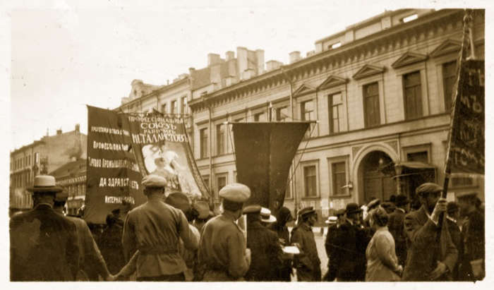 Митинг в центре Петрограда в 1917 году.