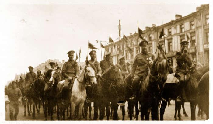 Солдаты и офицеры Кавалерийского корпуса в центре Петрограда.