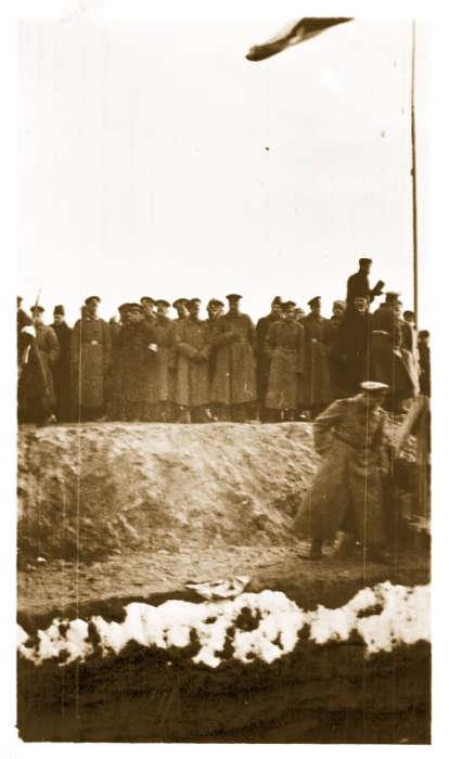 Приготовление могил на Марсовом поле.