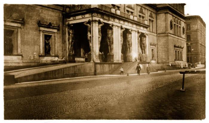 Крыльцо в виде галереи перед главным входом в Эрмитаж.