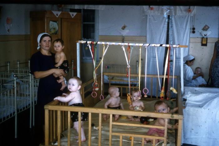 Воспитательница детского сада с детьми.