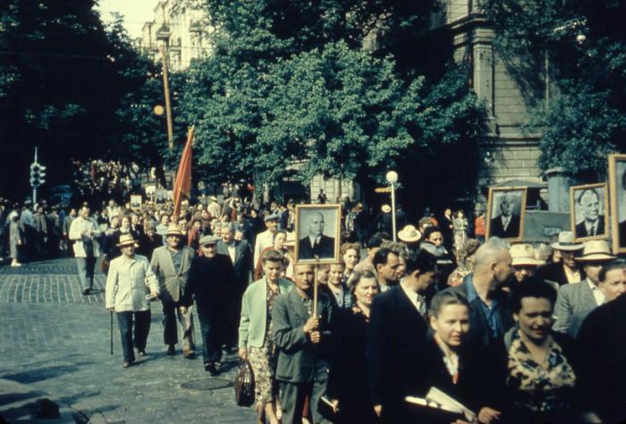 Начало официальной первомайской демонстрации. СССР, 1957 год.