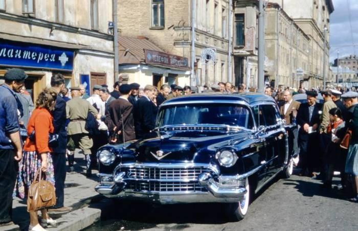 Особый ажиотаж у советских граждан вызвали американские автомобили знаменитой марки «Cadillac».