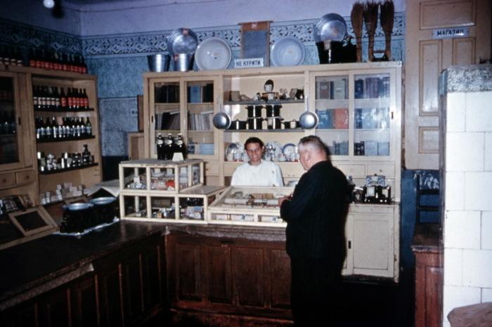 Советский гастроном на окраине Москвы.