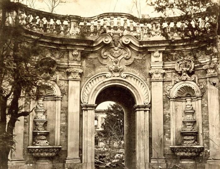 Вид на Фонтанные ворота в Юань Мин Юань или «сады совершенной ясности».