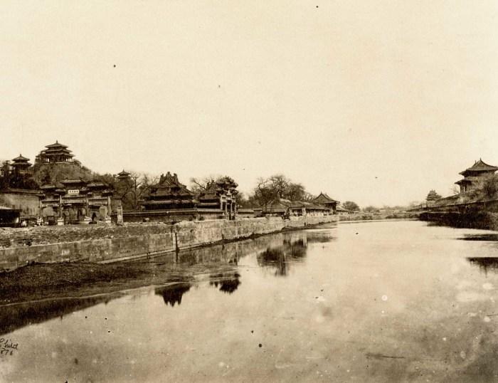 Вид на Запретный город из-за «имперского рва».