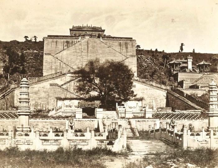 Вид спереди на Ван Шо-Шань или Холм Долголетия на территории Летнего дворца.