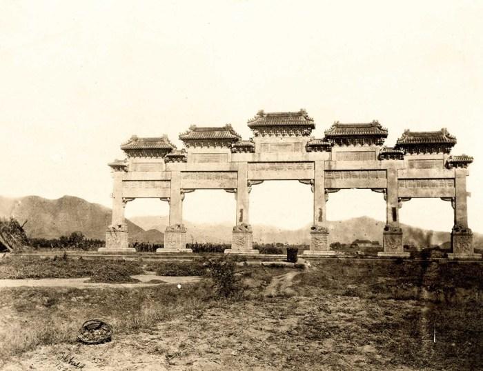 Вид на мемориальную арку у входа в Гробницы Мин за пределами Пекина.