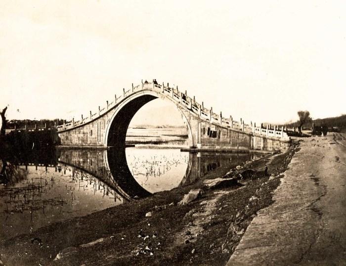 Вид на мост Юйдайцяо, который до сих пор стоит на территории Летнего дворца на западном берегу озера Куньмин.