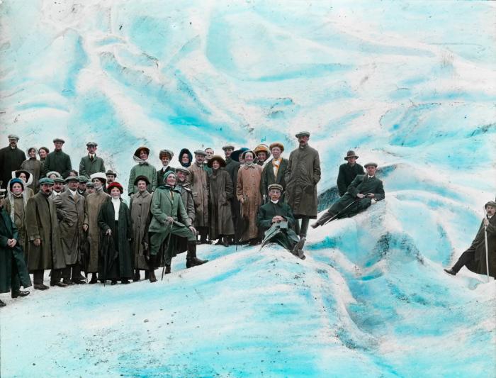 Группа туристов на леднике.