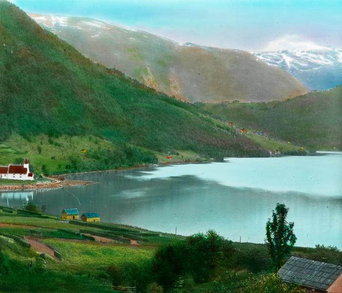 Вид с фермы на восточную сторону озера Гранвинсватнет в коммуне Гранвин губернии Хордаланн.