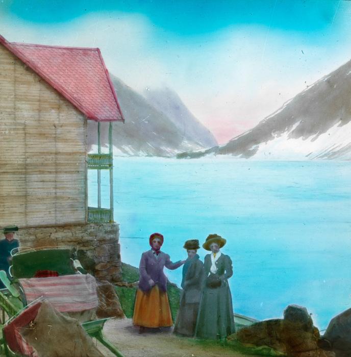 Четыре туристки возле горного коттеджа.