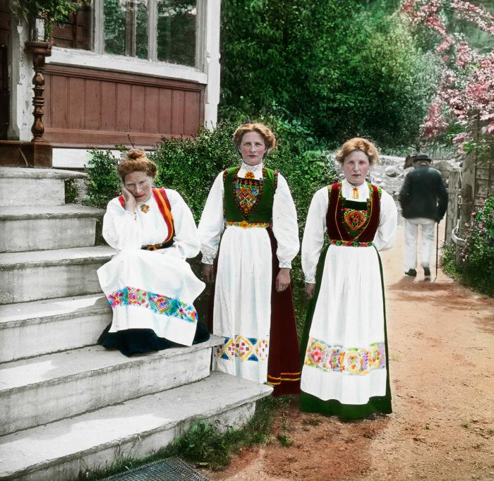 Женщины в национальных костюмах возле гостевого дома в коммуне Квиннхерад.