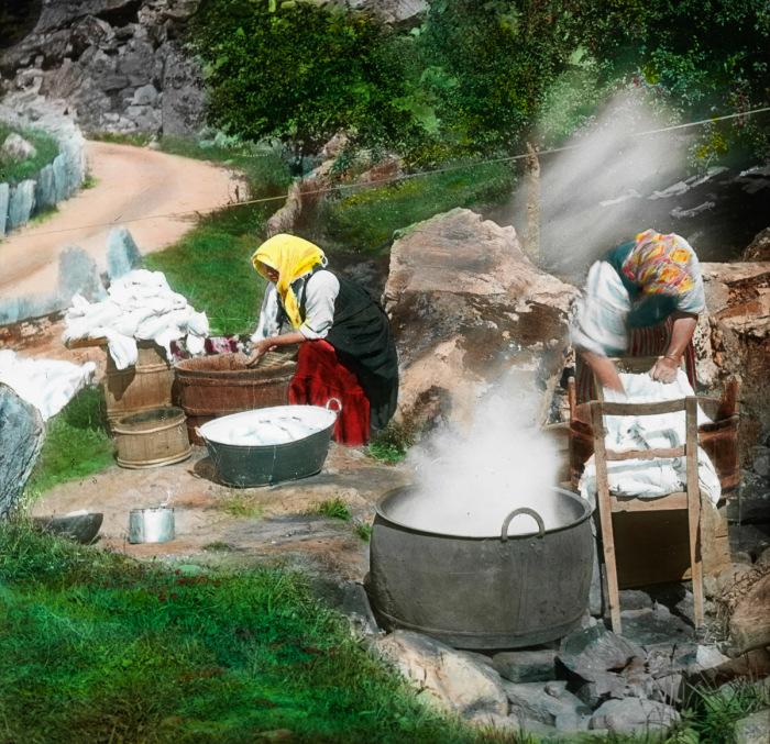 Женщины стирают бельё в ручье возле Hotell Gerianger.