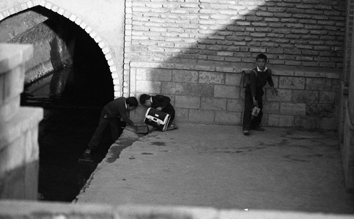 Школьники, играющие после учебы возле водного канала. СССР, Узбекистан, Бухара, 1984 год.