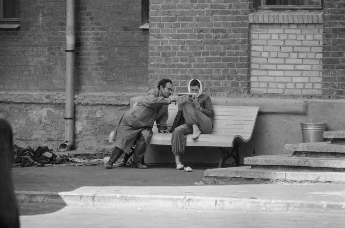 Чтение свежего выпуска газеты во время отдыха. СССР, Москва, 1961 год.