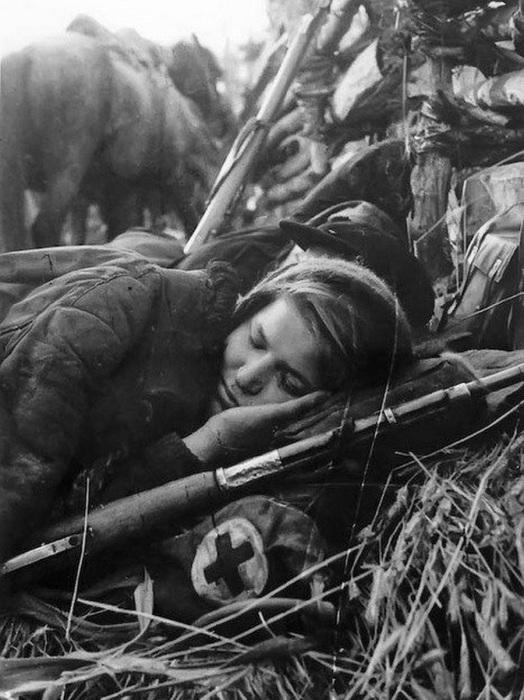 Работники красного креста и врачи в годы Великой Отечественной войны проявили не меньший героизм, стойкость и мужество, чем солдаты и офицеры на полях сражений. Девушки-санитарки на хрупких плечах выносили под ливнем пуль раненых бойцов. Медицинский персонал госпиталей и лазаретов работал сутками, не покидая больных, а фармацевты делали всё возможное, чтобы обеспечить фронт высокоэффективными лекарствами в требуемых объемах.