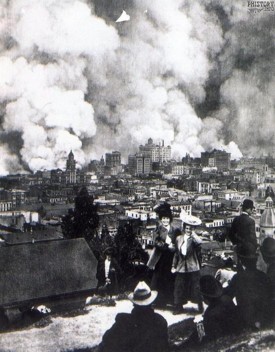Женщины фотографируются на фоне пожара, вызванного землетрясением. США, Штат Калифорния, Сан-Франциско, 18 апреля 1906 года.