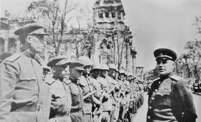 Первый военный комендант взятого советскими войсками Берлина и начальник Берлинского гарнизона генерал-полковник Николай Эрастович Берзарин перед строем солдат и офицеров Красной Армии у Рейхстага во время церемонии отправки Знамени Победы в Москву. Берлин, 20 мая 1945 года.