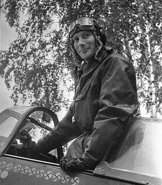 Капитан Альберт Литольд, заместитель командира эскадрильи «Нормандия», сбивший 12 немецких самолетов. Эскадрилья «Нормандия» сражалась на советско-германском фронте и имела смешанный состав: французские пилоты в ней воевали на советских самолетах типа «Як». Фото Михаила Савина, 17 июня 1943 года.