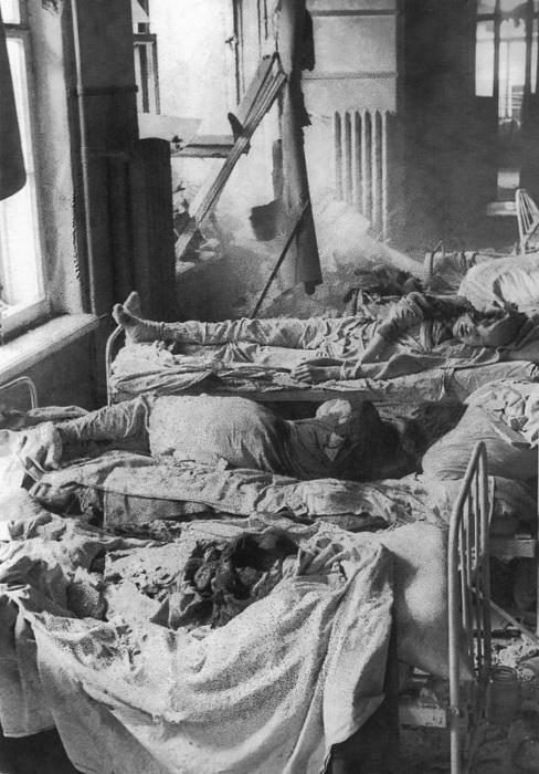Пациенты ленинградской больницы, погибшие в результате немецкого артобстрела.