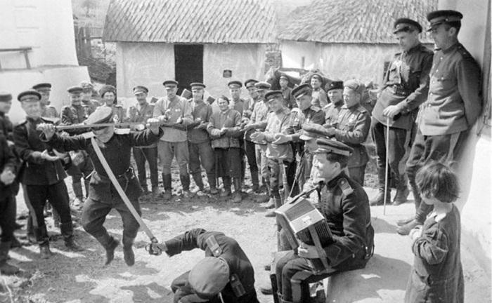 Казаки-гвардейцы танцуют в короткие минуты отдыха в перерывах между боями. Украина, Карпаты, 1944 год. Автор съемки: Трахман Михаил Анатольевич.
