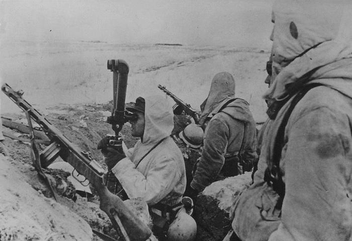 Немецкие солдаты с трофейными советскими пистолетами-пулемётами ППШ-41 на наблюдательном пункте.