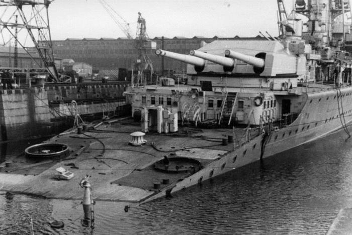 Немецкий тяжёлый крейсер «Лютцов» (Lützow) в доке после торпедирования британской подводной лодкой «Спирфиш» (HMS Spearfish). Германия, 14 апреля 1940 года.