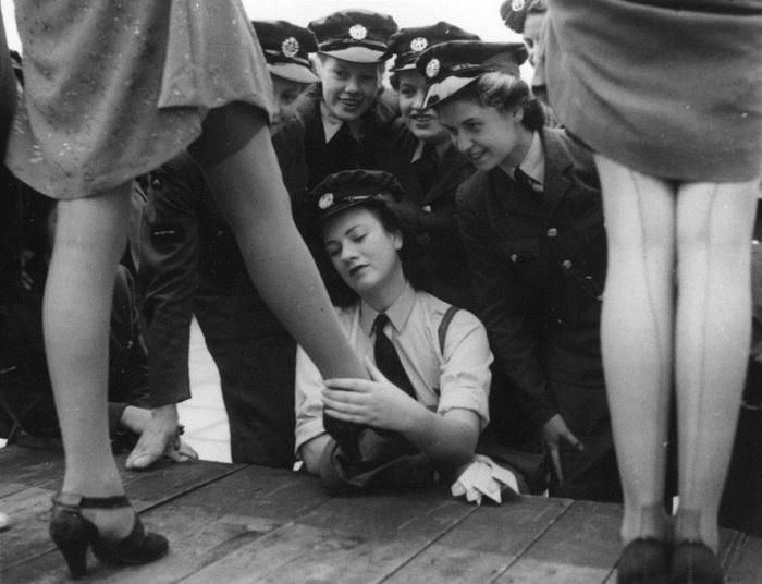 Женщины-военнослужащие рассматривают чулки из искусственного шелка, специально разработаны для армии (модель 731). На показе мод в Kennards Кройдон, 22 сентября 1943 года.