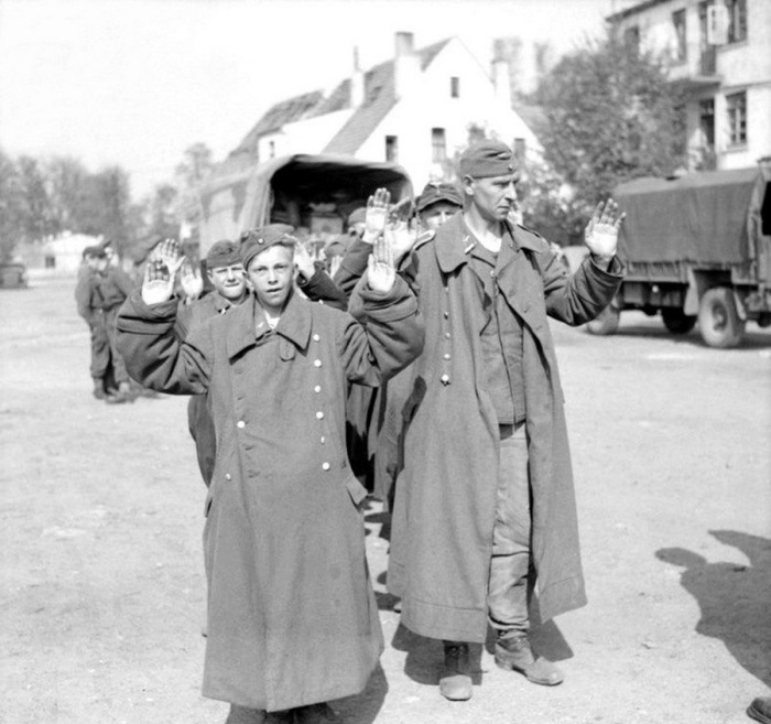 Капитуляция немецких солдат. Бремен, апрель 1945 года.