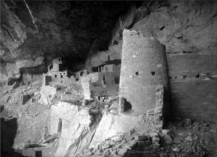 Руины древнего поселения индейцев в нише скалы. США, Национальный парк Меза Верде, 1908 год.