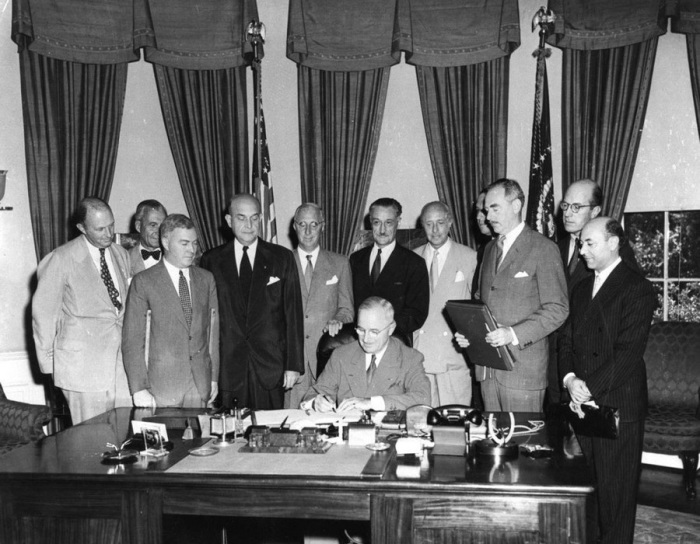 Президент Гарри Трумэн подписывает Североатлантический договор. США, Вашингтон, 4 апреля 1949 года.