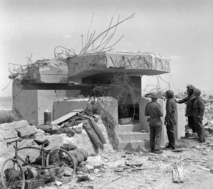 Немецкий бункер на Золотом пляже в июне 1944 года.