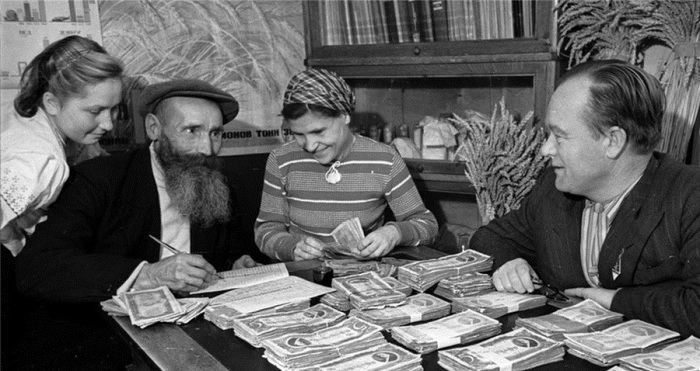Выдача денежного аванса по отработанным трудодням. Председатель колхоза Красный октябрь, 1947 год.